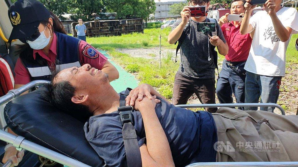屏安醫院副院長楊欣正(前)到屏東來義鄉棚集山登山失蹤10天,16日獲救。他獲救後向親友表示,在溪谷待10天,多次想放棄。中央社記者郭芷瑄攝  109年6月18日