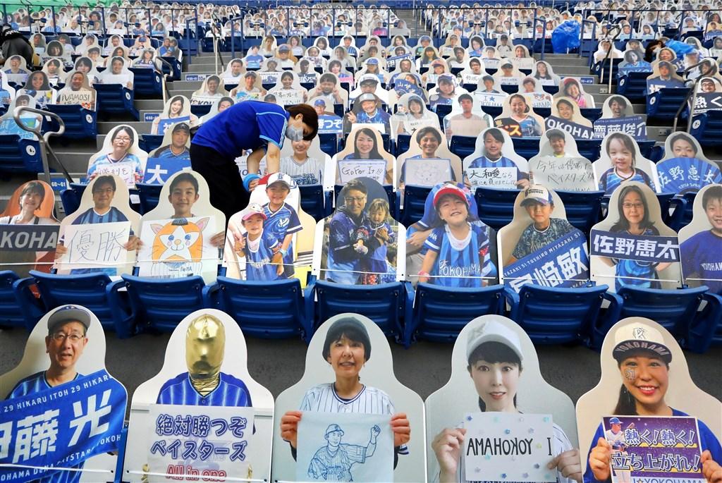 日本職棒新球季19日開幕,採無觀眾比賽。球場觀眾席18日已布置了球迷的人形看板。(共同社提供)