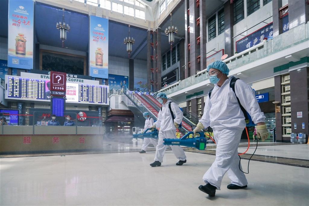 中國疾病預防控制中心流行病學首席專家吳尊友18日表示,北京疫情已經控制住了。圖為18日北京車站執行消毒作業。(中新社提供)