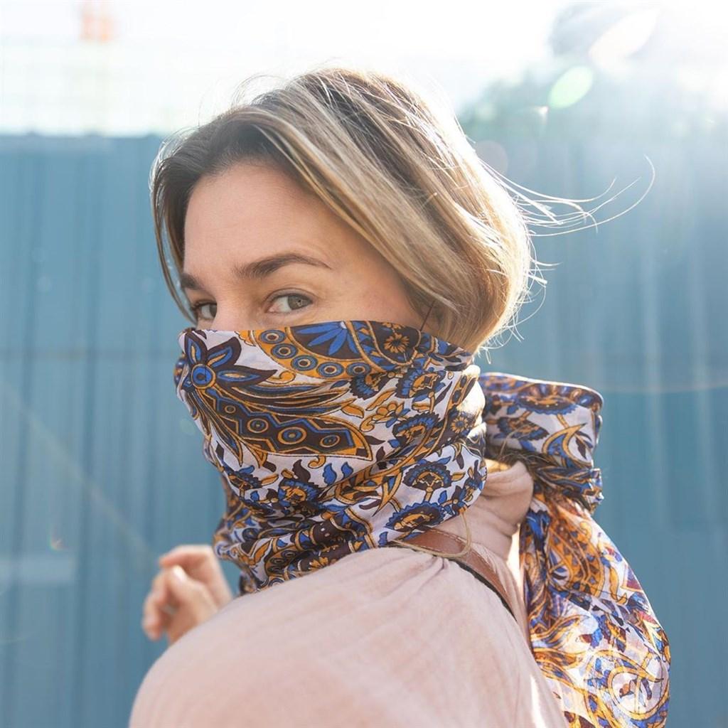 知名藝人巴雷洛創立的時裝品牌哈里在疫情期間推出獨家限量版的豪華口罩,取名「女牛仔」,主要由絲巾、口罩共同組成,由於要價不菲,引起網友批評利用疫情謀利。(圖取自巴雷洛IG網頁instagram.com/dolibar)