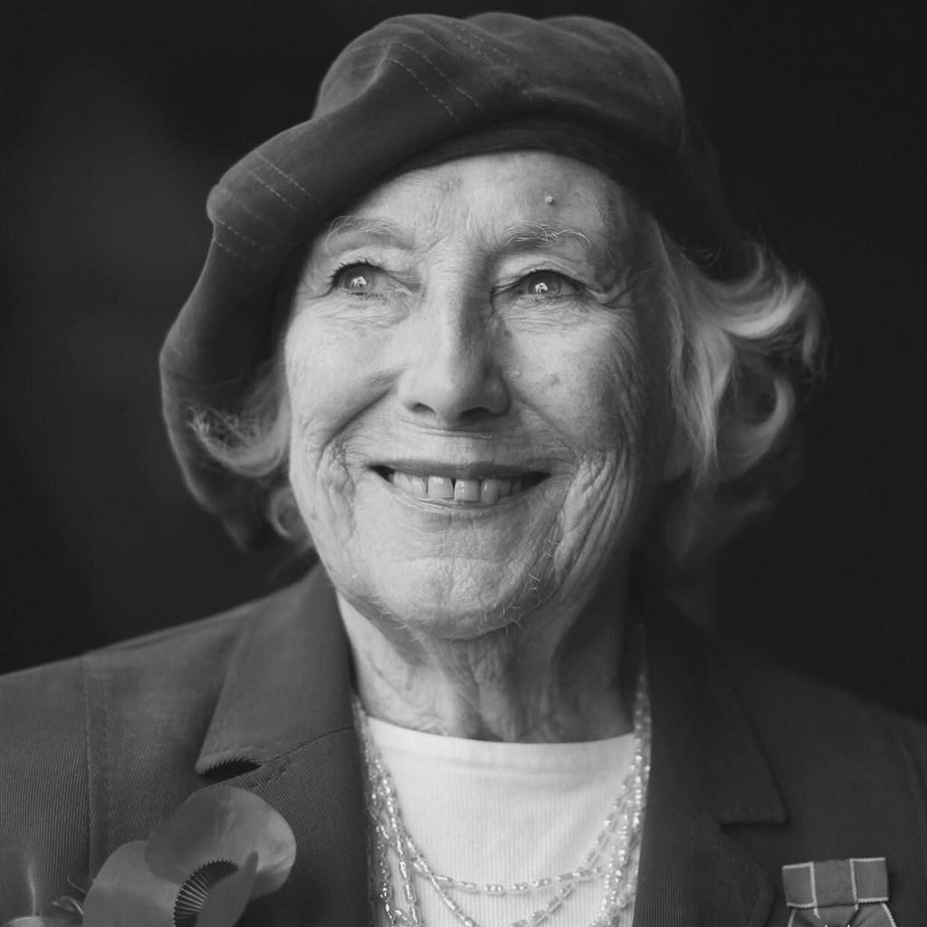 英國傳奇女歌手、有「軍中情人」封號的薇拉琳恩18日辭世,享嵩壽103歲。(圖取自facebook.com/DameVeraLynn)