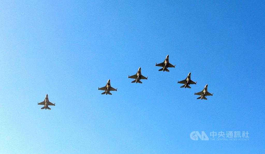 配合嘉義縣市政府日環食活動,嘉義空軍基地21日將有5架F-16戰機衝場表演,通過北香湖公園時間約為下午4時35分,北回歸線太陽館約為下午4時50分。圖為2018年拍攝。(嘉義縣政府提供)中央社記者蔡智明傳真  109年6月19日