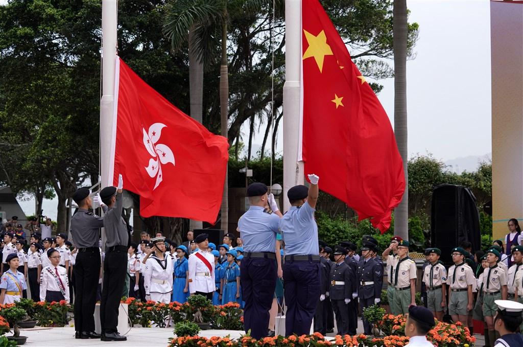 據報導,香港教育局向中、小學發出指引,規定元旦、「7.1」特區成立日及「10.1」中國國慶日時,校方必須升掛中國國旗和區旗,以及奏唱「國歌」。圖為2019年香港舉行升旗典禮紀念五四運動100週年,青少年學生及各界人士出席。(中新社提供)