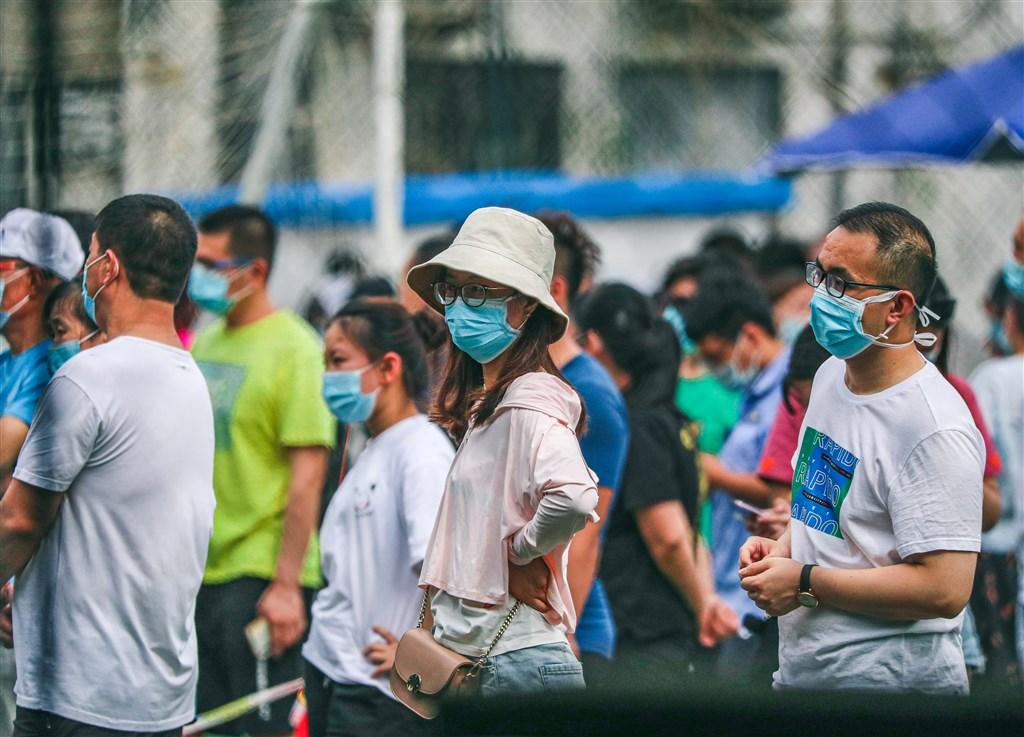 據北京衛健委通報,北京11日爆發本土疫情以來,累計新增確診病例已達183例。昨天新增25例,其中豐台區占18例,大興區5例,西城區、海淀區各1例。圖為北京民眾17日在方莊體育公園等待篩檢。(中新社提供)