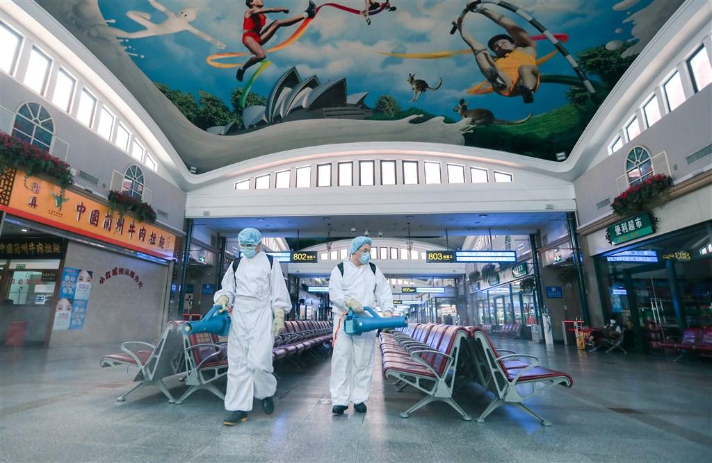北京爆發新一波疫情,中國國務院19日重啟疫情聯防聯控機制記者會。圖為工作人員18日在北京站執行消毒作業。(中新社提供)