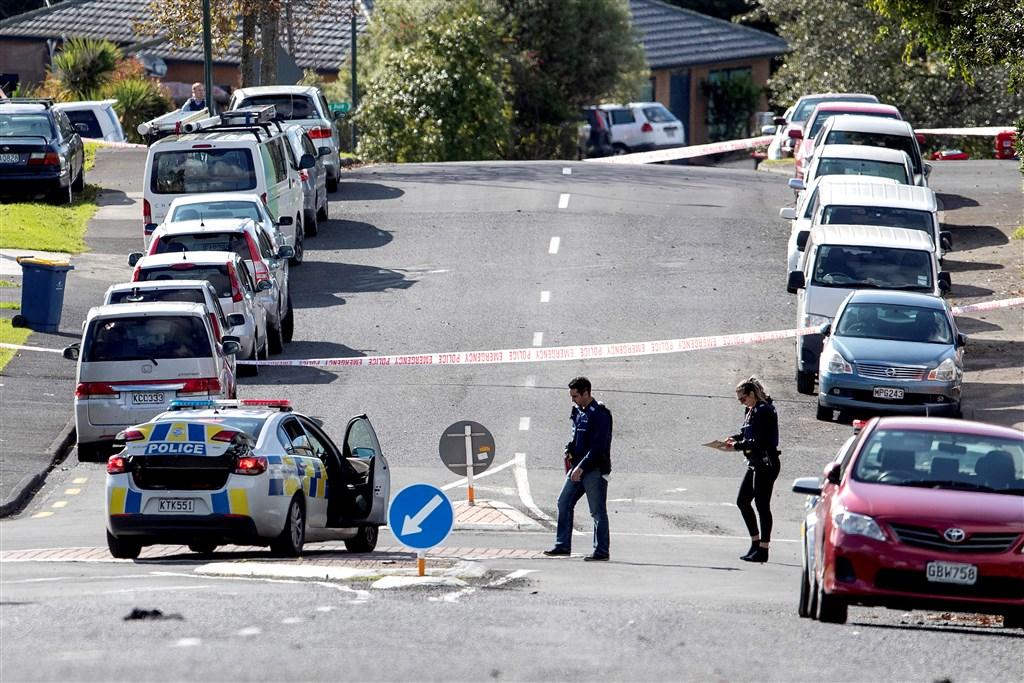 紐西蘭最大城奧克蘭2名警察19日例行交通攔檢時遭遇槍擊,一人死亡、一人腿部重傷,警方正迫切追蹤嫌疑人下落。圖為警方在事發現場拉起封鎖線。(法新社提供)