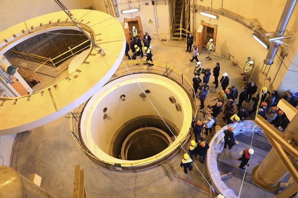 聯合國核子監察機構理事會19日通過決議案,強力要求德黑蘭當局讓國際原子能總署專家勘查伊朗境內的2處場地設施,釐清2000年代初期是否有未經宣布的核子活動在此發生。圖為2019年12月伊朗官員與媒體參訪阿拉克重水廠核子反應爐第二迴路作業。(檔案照片/美聯社)