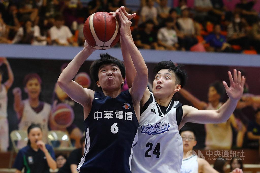 第15季WSBL女子超級籃球聯賽3戰2勝制季軍戰20日持續展開,中華電信徐千惠(左)全場貢獻18分8籃板2助攻,助隊奪勝,電信也在系列賽中以2比0拿下季軍。中央社記者王騰毅攝  109年6月20日