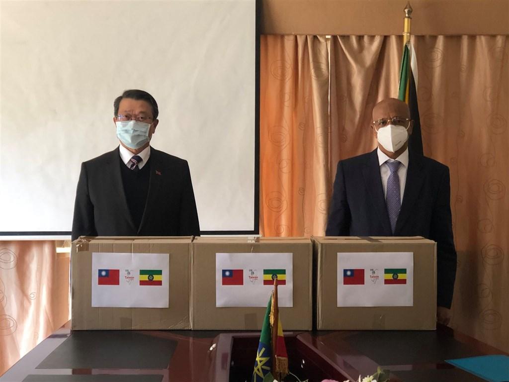 外交部20日說,秉持「台灣能幫忙,而且正在幫忙」精神,駐南非代表處近日援贈衣索比亞10萬片外科口罩,以協助當地醫療人員抗疫。(圖取自facebook.com/Taiwan.SouthAfrica)