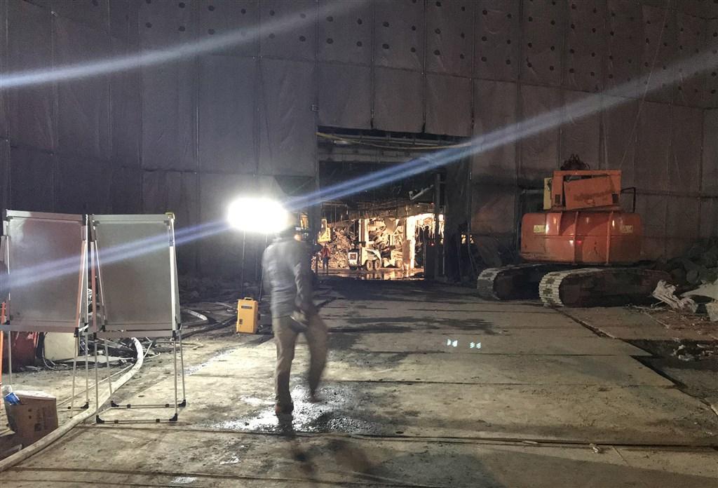 台北市京華城工地20日下午發生坍塌意外,1工人遭活埋。警消陸續動用生命探測器救援、怪手開挖,但到晚間9時許仍未發現工人,不過已確定可能掩埋地點。中央社記者劉建邦攝 109年6月20日