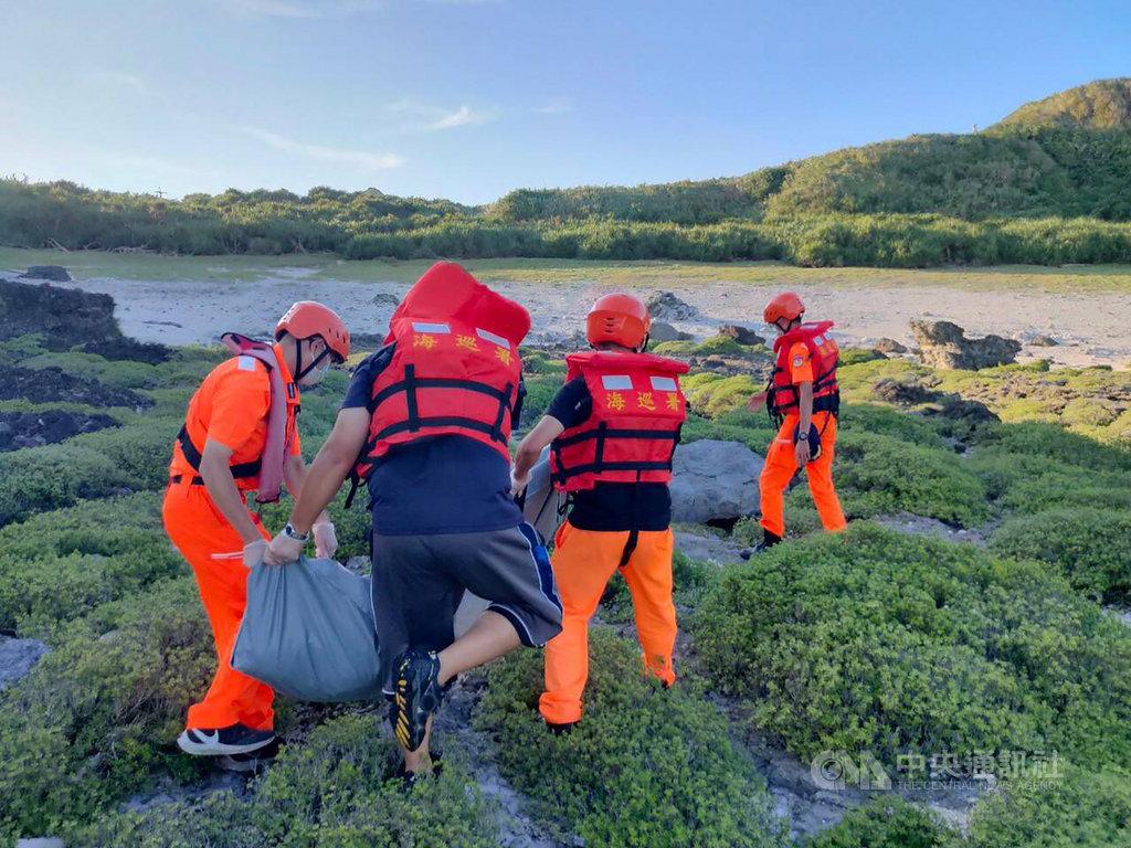 海巡人員20日在綠島岸際發現1具屍體,21日上午經家屬至台東市立殯儀館指認,確認是小琉球失蹤的巫姓潛客。(海巡署東部分署提供)中央社記者李先鳳傳真 109年6月21日