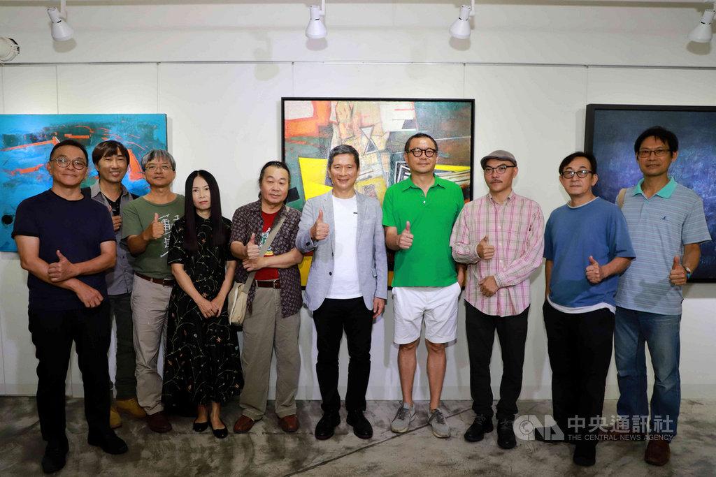 文化部長李永得(右5)21日到高雄EAGLE藝術空間參訪「大南方ing聯展」,並與參展藝術家交流,期許豐厚南方藝術發展能量。(文化部提供)中央社記者程啟峰高雄傳真 109年6月21日