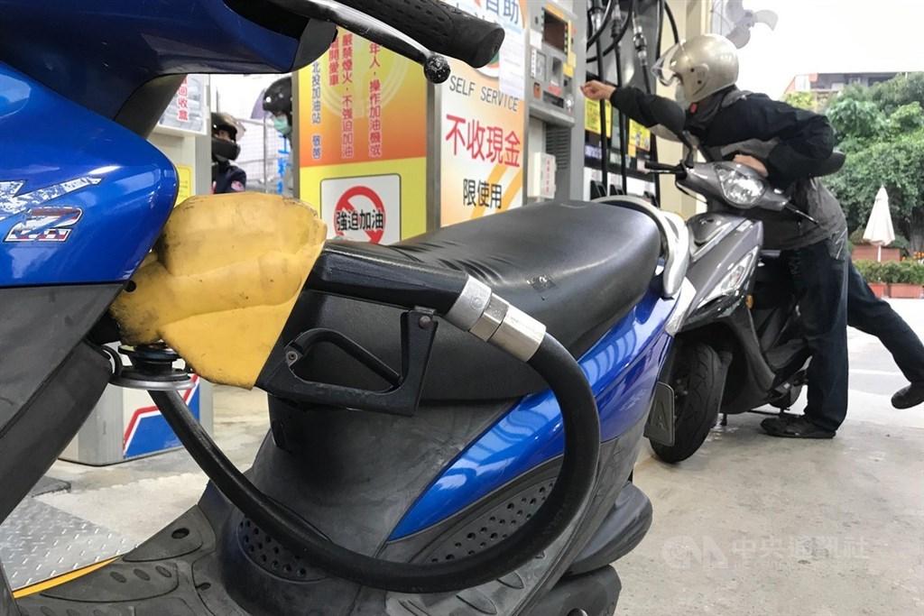 台灣中油公司表示,22日凌晨零時起,汽、柴油價格每公升各調漲新台幣0.3元。(中央社檔案照片)