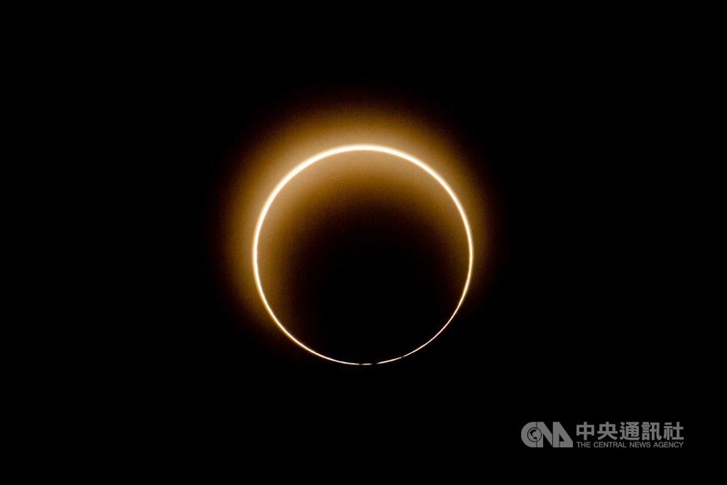 難得一見的日環食天文現象21日下午登場,這次的環食帶橫跨台灣本島,嘉義等10縣市陸續可見日環食奇景。中央社記者林俊耀攝 109年6月21日