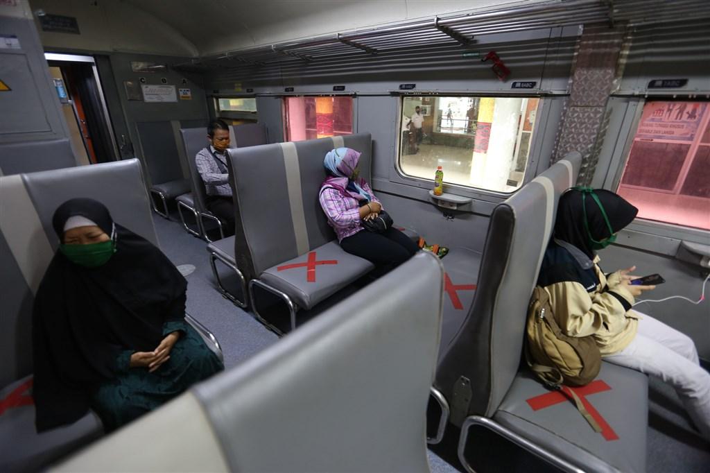 印尼20日通報新增1226起感染病例,累計確診破4萬5000例,來到4萬5029例。圖為印尼民眾搭火車維持社交距離。(安納杜魯新聞社提供)