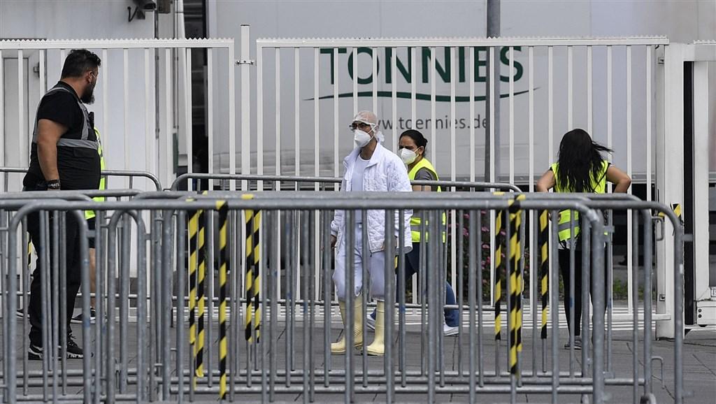 德國肉品加工業者托尼斯傳出1000多名員工對武漢肺炎採檢陽性之後,衛生當局20日要求加工廠6500名員工及其眷屬全數隔離。圖為19日戴著口罩的工人進入工廠。(美聯社)