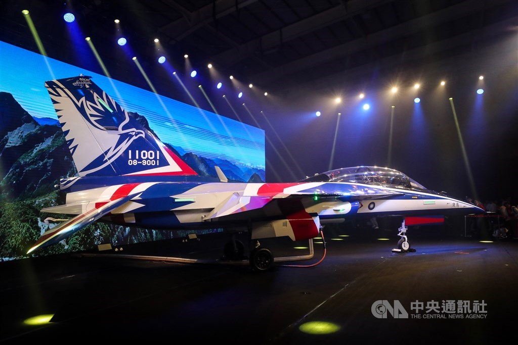 國機國造、首架AJT(Advanced Jet Trainer)新式高教機2019年9月24日在台中漢翔公司正式出廠,並定名為「勇鷹」,以紅白藍的飛機塗裝首度亮相,未來將取代AT-3教練機及F-5部訓機。(中央社檔案照片)