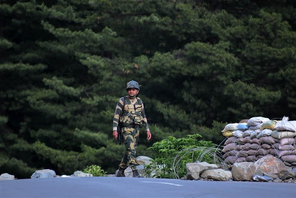 印度聯邦政府一名部長表示,本週印度與中國發生衝突期間,中國方面至少損失40名兵力。21日中、印兩國仍在前線對峙。圖為16日,印度邊防部隊的一名士兵沿著斯利那加列省國家高速公路的檢查站附近行走。(安納杜魯新聞社提供)