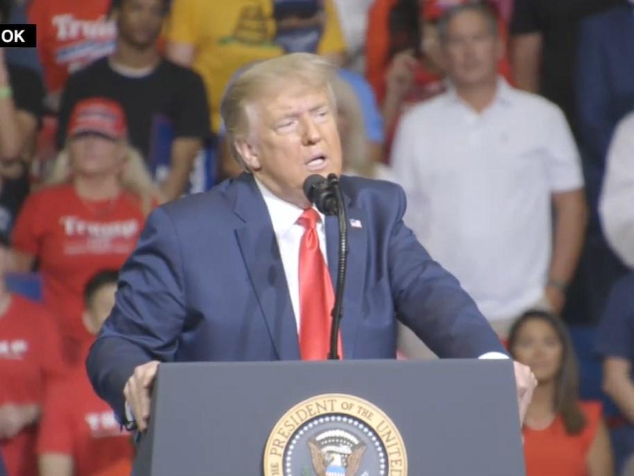 美國總統川普在奧克拉荷馬州杜爾沙重啟競選連任造勢活動,登台前短短數小時,當地前置作業人員卻傳出有6人武漢肺炎篩檢呈陽性反應。(圖取自facebook.com/DonaldTrump)
