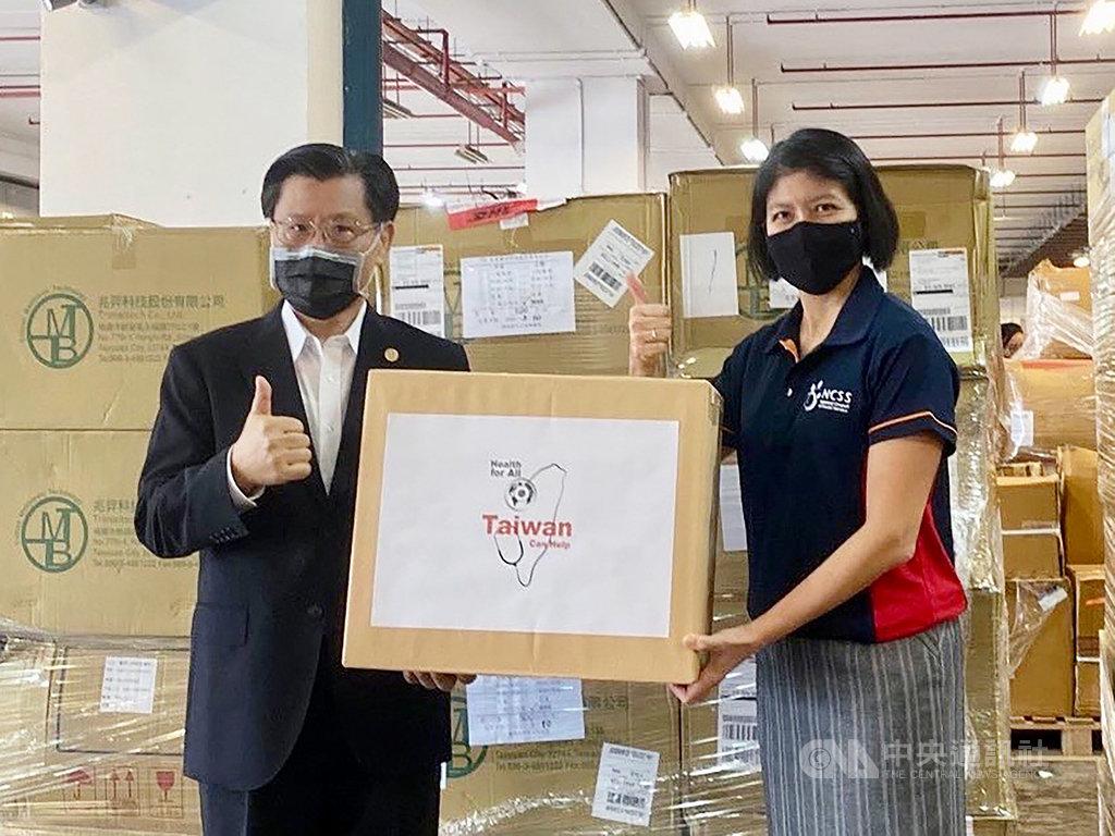 台灣22日捐贈100萬片醫療級口罩與10萬片N95口罩給新加坡國家福利理事會,圖為駐星代表梁國新(左)與新加坡國家福利理事會總裁陳麗珊(右)合影。(駐新加坡台北代表處提供)中央社記者黃自強新加坡傳真 109年6月22日