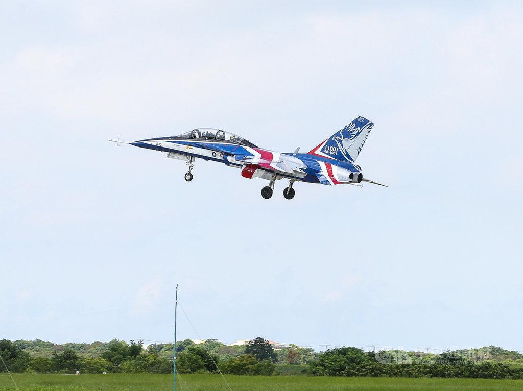 首架勇鷹新式高教機22日上午9時20分在台中清泉崗機場正式首飛,以紅白藍的飛機塗裝亮相。中央社記者謝佳璋攝 109年6月22日
