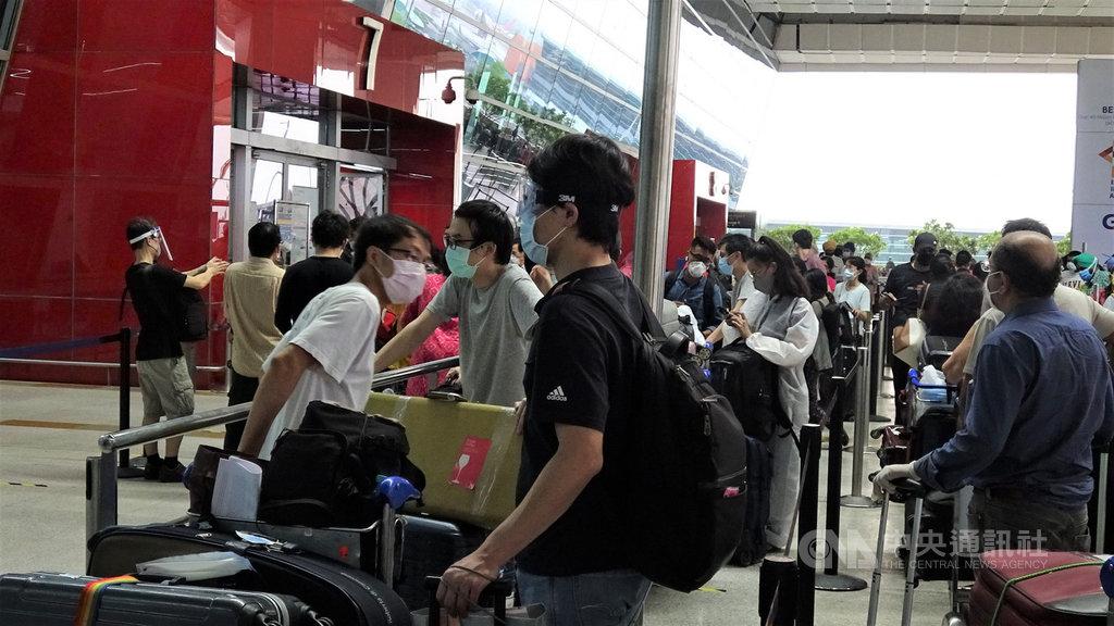 24名因工作或旅遊滯留印度的台灣旅客21日下午起在新德里國際機場外排隊等候進入航廈,但因印度航空公司系統出問題,使許多人在機場外等候數小時。中央社記者康世人新德里攝  109年6月22日