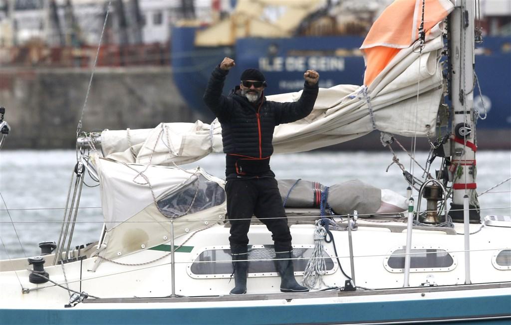 武漢肺炎疫情打亂全球空中交通,一名阿根廷籍水手日前從葡萄牙獨自駕駛一艘小帆船,花了85天時間完成橫渡大西洋壯舉,一圓心願返鄉探視年邁雙親。(美聯社)