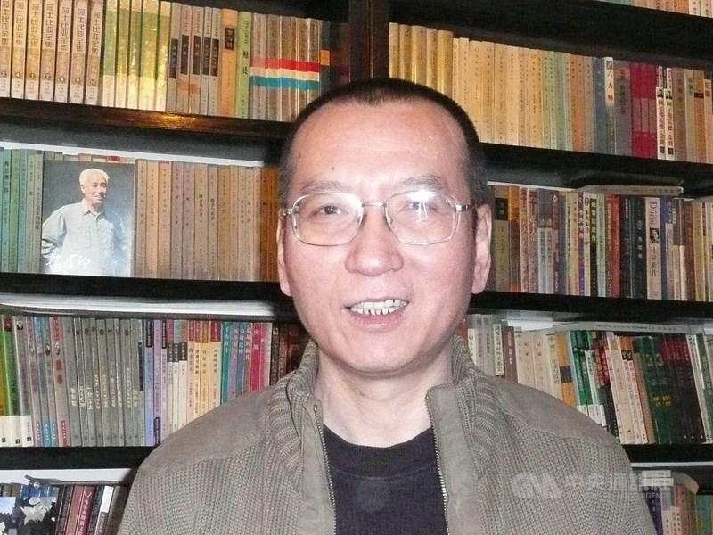 德國人權牧師庫納21日在中國駐德大使館門前發起一場12小時的朗誦會,藉此紀念已故中國人權運動家劉曉波(圖)。(中央社檔案照片)