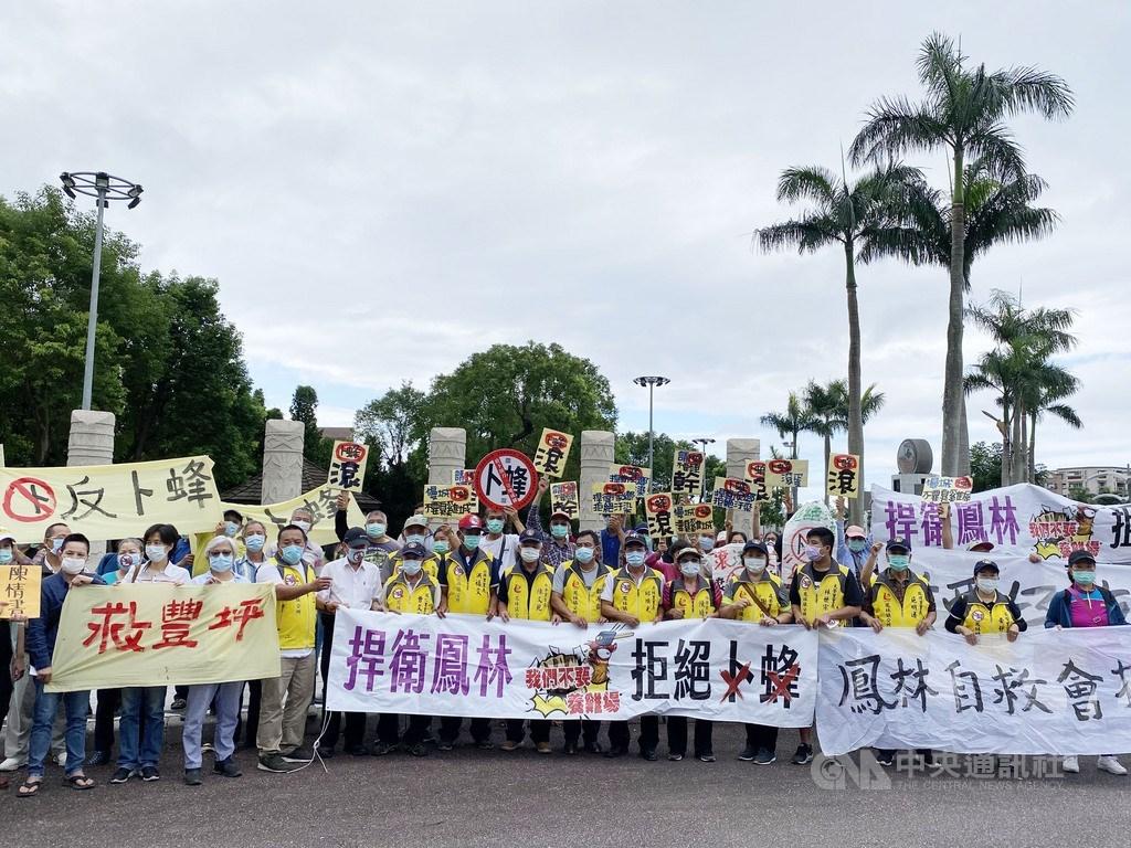 近期台灣卜蜂公司在花蓮籌設大型養雞場,掀起反彈聲浪,受影響的3鄉鎮居民自4月初至今已有10次集結陳抗。中央社記者李先鳳攝 109年6月23日