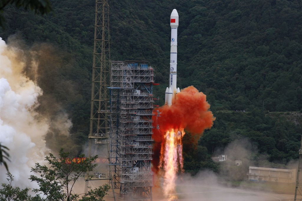 中國西昌衛星發射中心23日成功發射北斗三號衛星導航系統最後一顆全球組網衛星(圖),成為繼美國之後,第二個擁有全球衛星定位系統的國家。(中新社提供)中央社 109年6月23日