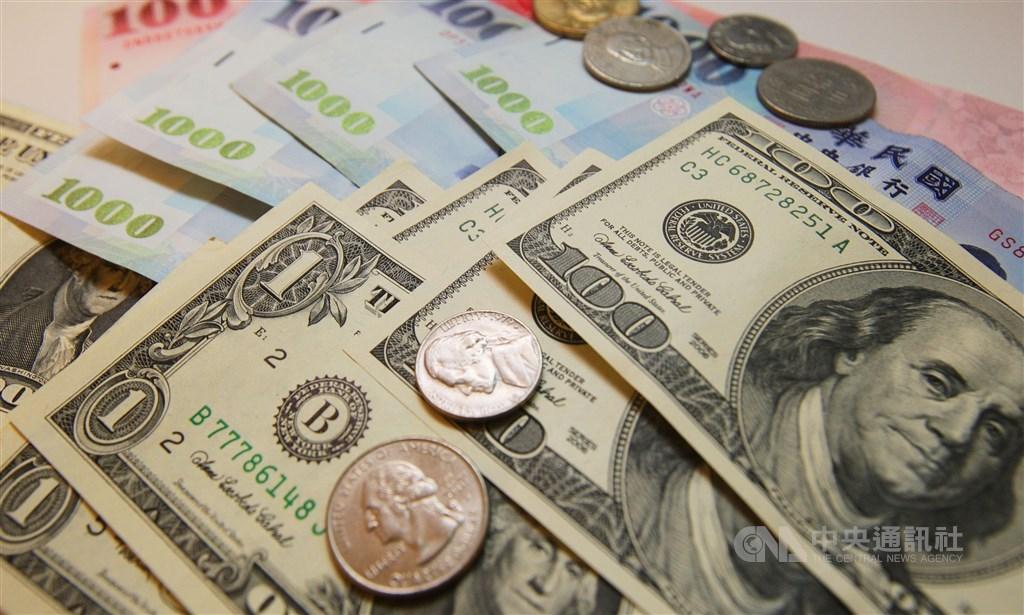 新台幣24日盤中延續近期升勢,一度升破1角,但央行加大調節力道,尾盤狠踹一腳,新台幣兌美元收貶0.5分。(中央社檔案照片)