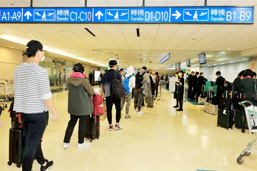 疫情指揮中心宣布,25日零時起開放桃園機場轉機,但排除疫情仍嚴峻的中國。(中央社檔案照片)