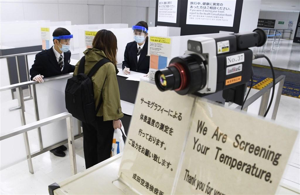 指揮中心8日宣布日籍女學生接觸者抗體檢驗結果,123名接觸者全數陰性。圖為日本成田機場檢疫站。(檔案照片/共同社提供)