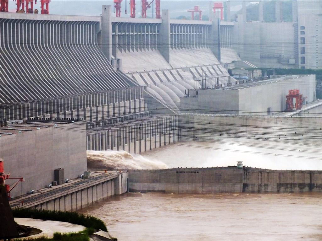近日中國長江流域省市多地洪水成災,且傳出三峽大壩(圖)位移。中國專家解釋,在巨大的水壓下,三峽大壩略為位移是正常。(檔案照片/中新社提供)
