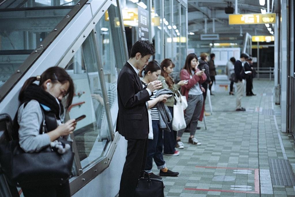 日本神奈川縣大和市議會25日通過禁止「邊走邊滑手機」自治條例。(示意圖/圖取自Unsplash圖庫)