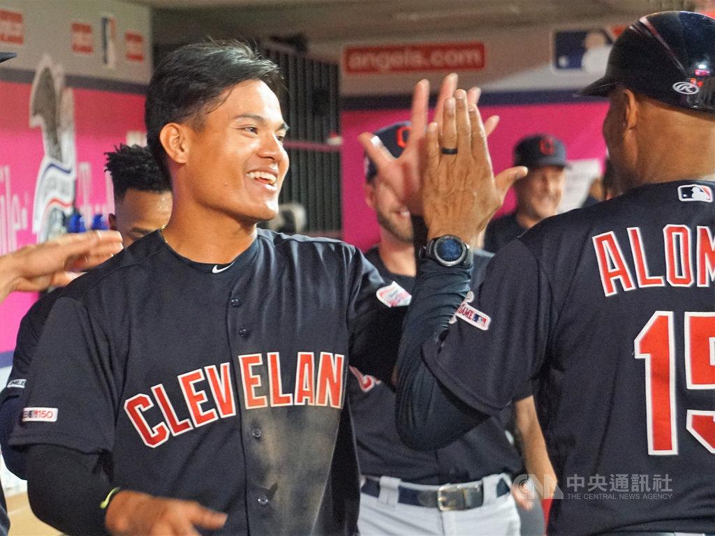 美國職棒大聯盟(MLB)預計7月23日展開2020年球季,防疫的原則之下禁止球員擊掌、擁抱等肢體接觸。圖為台灣好手張育成去年9月敲出生涯首轟之後與教練擊掌。中央社記者林宏翰洛杉磯攝  109年6月25日
