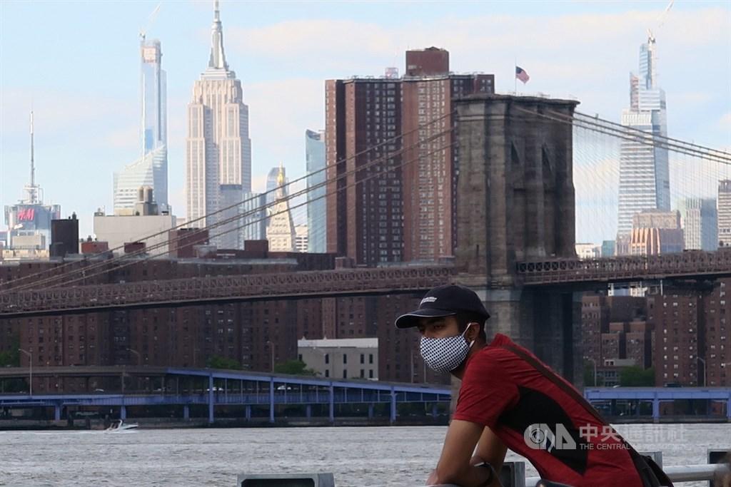 紐約與鄰近的新澤西、康乃狄克州防範疫情回溫,當地時間24日宣布疫情嚴重的外州居民抵達後須自主隔離14天。圖為紐約市布魯克林大橋公園民眾配戴口罩。中央社記者尹俊傑紐約攝 109年6月25日