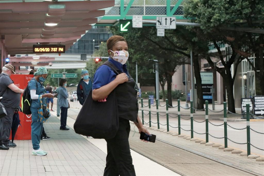 世界衛生組織24日警告,美洲武漢肺炎疫情尚未達高峰,預計下週全球累計確診病例將破1000萬例。圖為美國休士頓醫護人員和市民在醫院門口候車。(中新社提供)