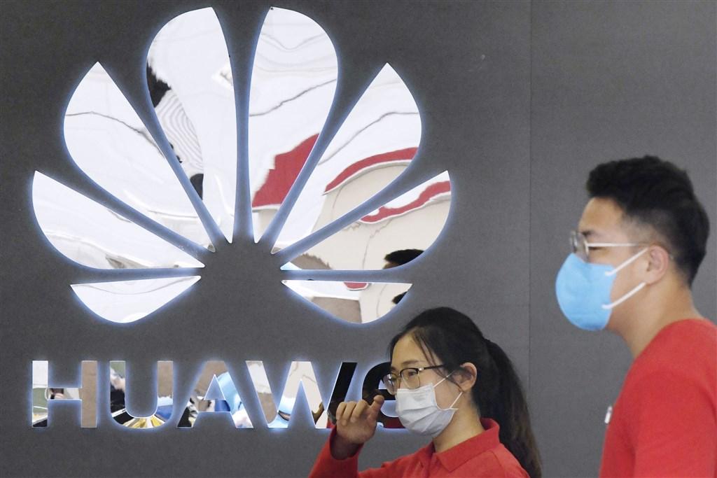 美國總統川普的政府17日宣布,將進一步收緊對華為的限制,以打擊這家中國電信設備巨擘取得商用晶片的管道。圖為華為門市。(共同社)