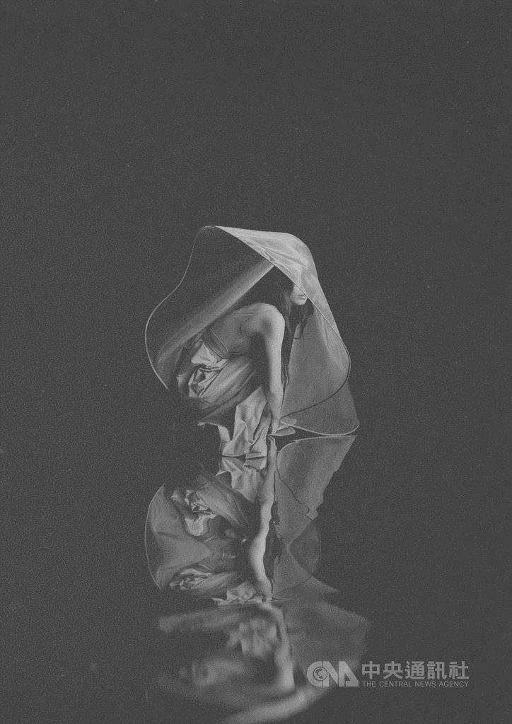 歌手田馥甄25日宣布將在台北小巨蛋舉辦「一一」巡迴演唱會,並公開前導視覺照,整張照片以灰黑色調呈現。(何樂音樂提供)中央社記者王心妤傳真 109年6月25日