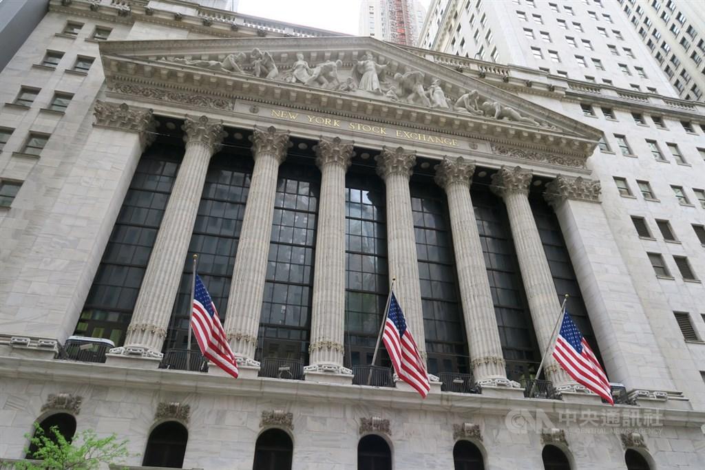 美國武漢肺炎單日新增確診數創下新高,美股三大指數26日開低。圖為紐約證券交易所。(中央社檔案照片)