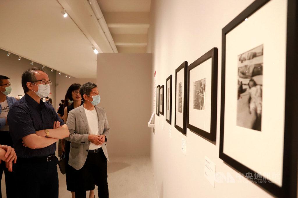文化部長李永得(前右)26日到台北市立美術館欣賞「布列松在中國」攝影展,喚起他在1987年赴中國採訪的記憶。(文化部提供)中央社記者鄭景雯傳真 109年6月26日