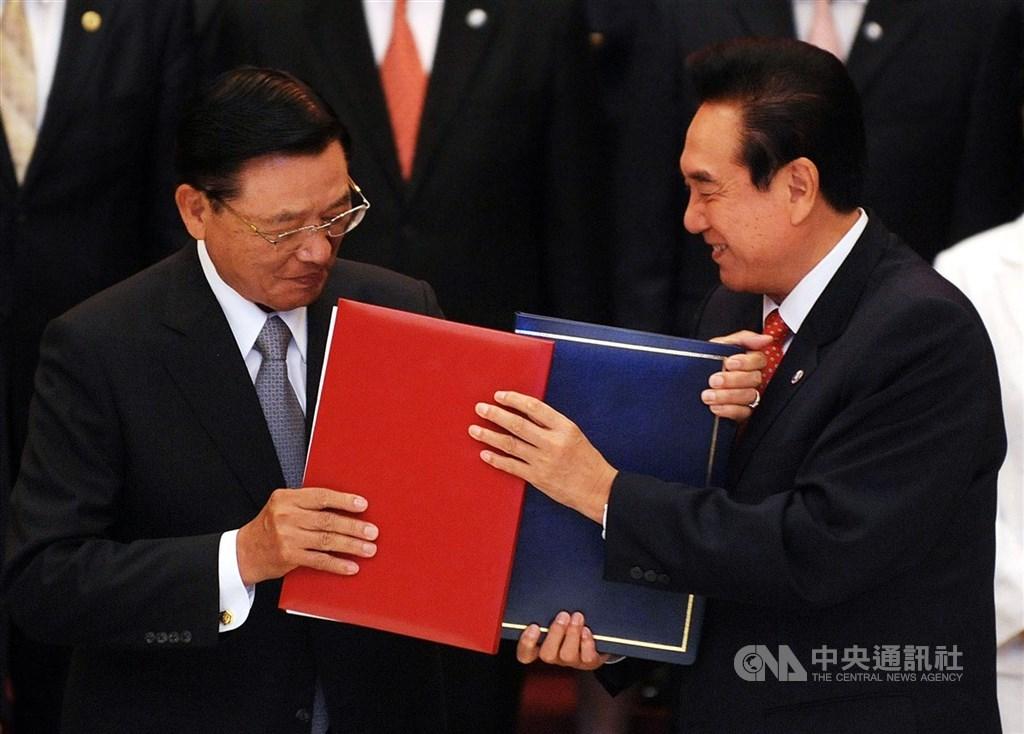 2010年江丙坤(左)與陳雲林(右)簽署兩岸經濟合作架構協議ECFA。中央社記者孫仲達攝 99年6月29日