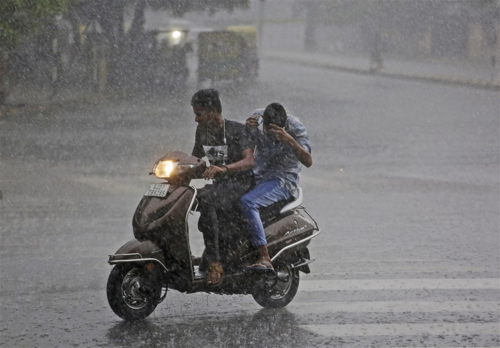 印度剛進入雨季,在南亞,雨季對於補充水資源十分重要,但每年也為南亞帶來廣泛的災害和死亡案件。(美聯社)