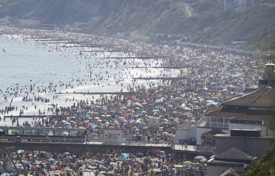 英格蘭南部海濱城市波茅斯當局表示,成千上萬人在陽光普照的天氣中湧入海灘,這場面令他們感到「驚恐」。(圖取自twitter.com/Tobias_Ellwood)
