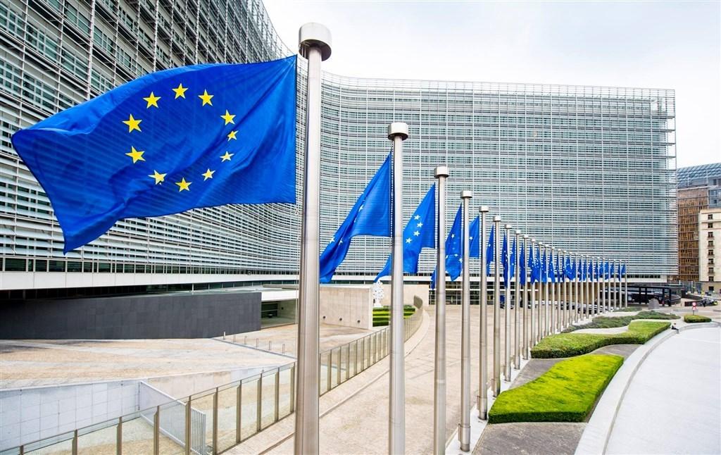 歐洲聯盟30日二度更新允許旅客入境的「安全國家」建議名單,因全球疫情持續延燒,開放名單縮減至11國。圖為歐盟旗幟。(圖取自facebook.com/EuropeanCommission)