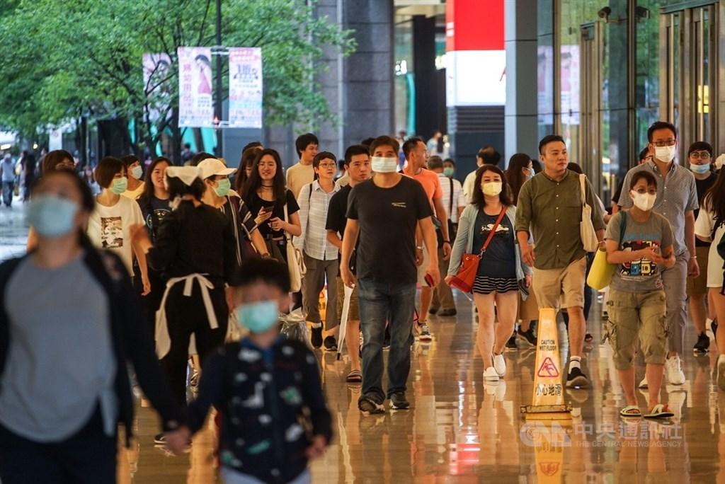 內政部27日發布最新統計,今年1到5月各縣市人口變動,台北市減少近1萬9000人,減幅達千分之7.16最為明顯。圖為台北市信義區26日逛街人潮。(中央社檔案照片)