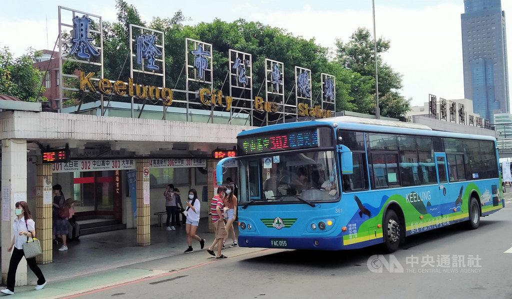 國立台灣海洋大學航運管理學系副教授蔡豐明指出,轉運站最重要是能「無縫接軌」,提高公共運輸使用率。基隆有些公車未來如果能重新調整路線、減少繞行,就可縮短民眾轉乘和候車時間並提高準點。中央社記者王朝鈺攝 109年6月27日