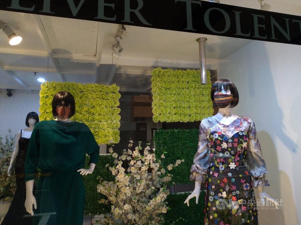 菲律賓武漢肺炎疫情延燒,店家為櫥窗內的模特兒戴上口罩。圖攝於22日。中央社記者陳妍君馬尼拉攝 109年6月28日
