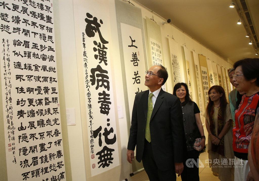 立法院長游錫堃(左)28日到國父紀念館參觀中華書道學會庚子年會員展,仔細觀賞展出的書法作品。中央社記者鄭傑文攝 109年6月28日